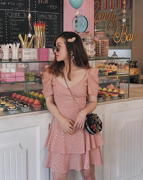 Yến Nhi diện đồ xinh như công chúa đi ăn bánh ngọt.