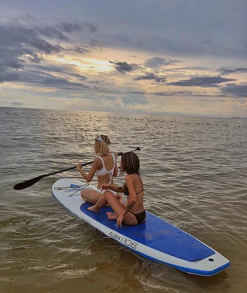 Quỳnh Anh Shyn diện bikini gợi cảm, trổ tài chèo thuyền kayak chẳng khác gì gái Tây.