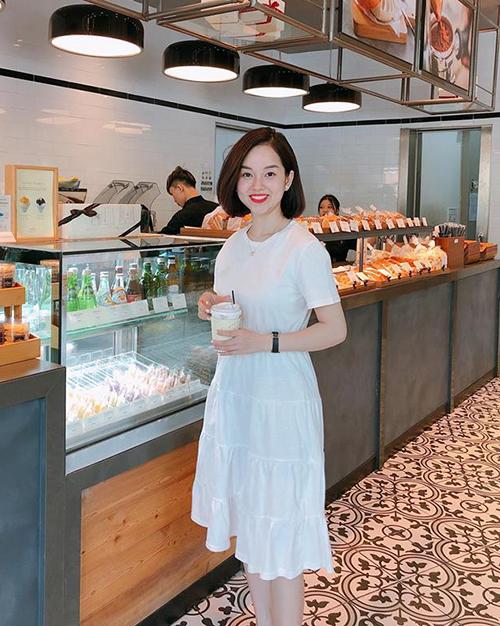 Ly Kute diện váy trắng đơn giản vẫn rất tươi tắn.