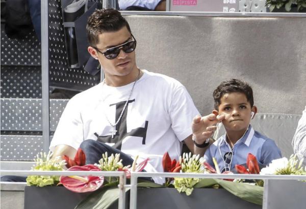 Cậu bé Junior 8 tuổi thừa hưởng gương mặt, phong thái và khả năng chơi bóng giống hệt ông bố ngôi sao.