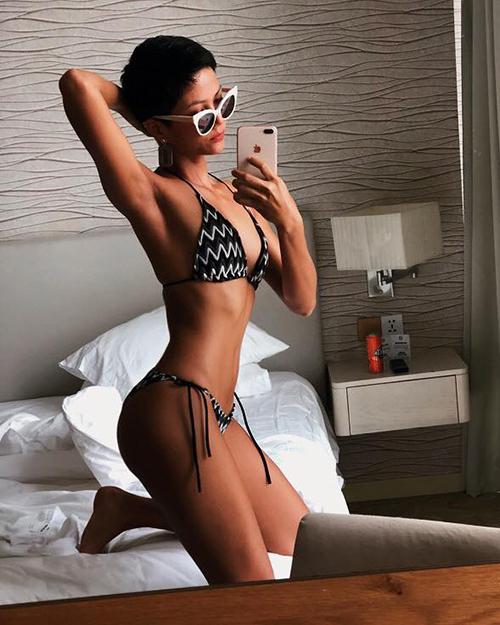 Nhiều người khen ngợi thân hình không chút mỡ thừa của Hoa hậu. Cô thậm chí còn được so sánh với vóc dáng eo con kiến của búp bê Barbie.