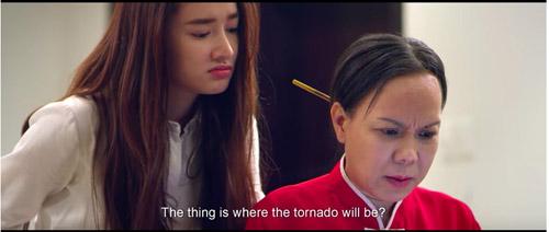 Nhã Phương và Việt Hương tung hứng trong phim.