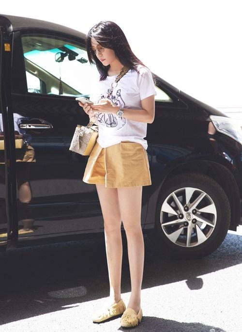 Cách đây ít hôm, Triệu Vy gây sốt mạng xã hội Trung Quốc khi nhiều trang báo đăng   tải loạt ảnh nữ diễn viên ở sân bay. Trong hình, Triệu Vy mặc váy ngắn khoe đôi chân   dài thon nhỏ, thân hình đẹp, diện mạo và phong cách trẻ trung như ngoài đôi mươi.
