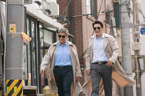 Trông bộ đôi thám tử vô cùng hoành tráng nhưng thực chất chỉ giỏi... gây hài.
