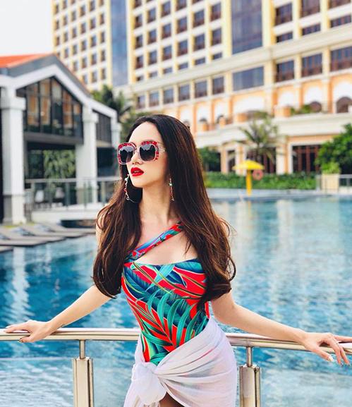 Hương Giang đốt mắt nhìn bằng áo tắm rực rỡ đậm chất nhiệt đới.