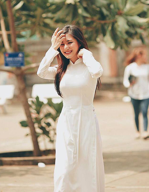 Hương Tràm đẹp tinh khôi trong tà áo dài trắng.