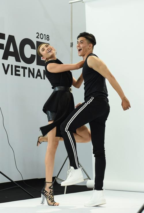 Dù sức khoẻ vẫn chưa hồi phục hẳn nhưng Võ Hoàng Yến vẫn thể hiện sự chuyên nghiệp. Cô vui vẻ và nhiệt tình thị phạm cho các thí sinh.