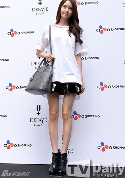 Yoon Ah vốn nổi tiếng với cơ thể gầy, ăn mãi không béo. Bức ảnh năm 2014 thực sự khiến các fan hốt hoảng. Nữ ca sĩ để lộ đôi chân gân gốc, nhỏ như que tăm.