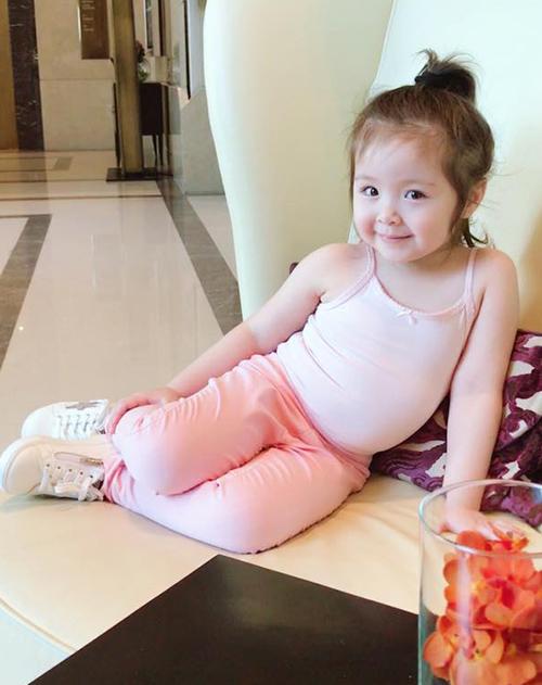 Elly Trần thường xuyên đăng tải hình con gái lên fanpage riêng và thu hút hàng chục nghìn lượt thích. Cô nhóc không chỉ được khen vì rất xinh xắn mà còn có thần thái, biểu cảm, cách tạo dáng rất chuyên nghiệp.