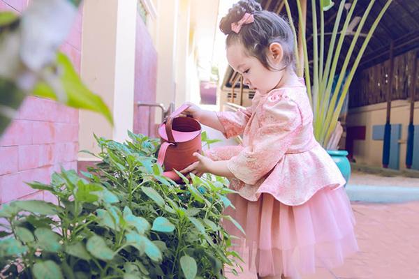 Váy công chúa mang hơi hướng quý tộc xuất hiện nhiều trong tủ đồ của con gái Elly Trần.