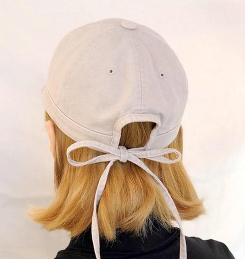 Chi tiết nơ thắtthổi một diện mạo mới mẻ cho kiểu mũ lưỡi trai truyền thống.
