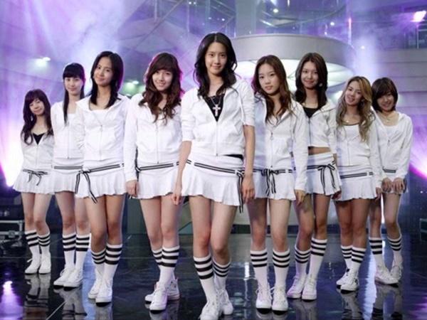 Yoon Ah luôn được xếp ở chính giữa trong ảnh quảng bá SNSD thời kỳ mới debut. Hyo Yeon đứng thứ hai từ phải qua.