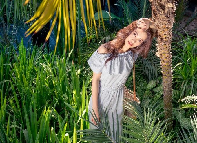 <p> Nhân dịp này, nữ ca sĩ mang đến bộ hình thời trang đặc biệt với những trang phục đậm chất hè do chính cô lựa chọn và trổ tài mix-match.</p>