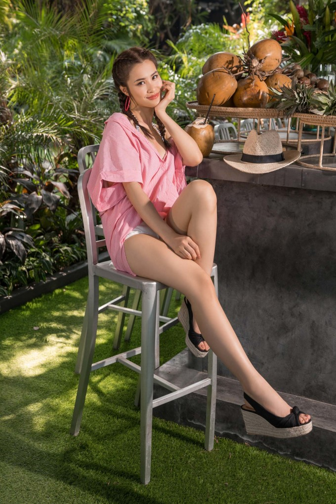<p> Các kiểu jumpsuit, áo trễ vai, váy liền... giúp cô trông nhẹ nhàng và đầy năng động dưới ánh nắng, khoe được vóc dáng sexy.</p>