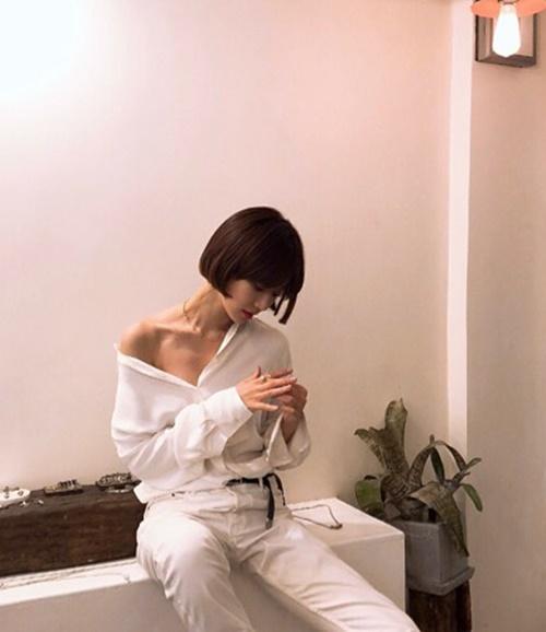 Go Joon Hee kéo lệch vai áo để lộ xương quai xanh quyến rũ.