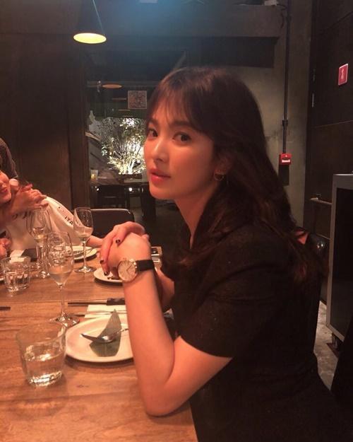 Song Hye Kyo được khen ngày càng đẹp mặn mà.