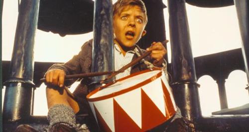 Nhân vật chính trong phim là cậu bé dị dạng Oskar Matzerath.