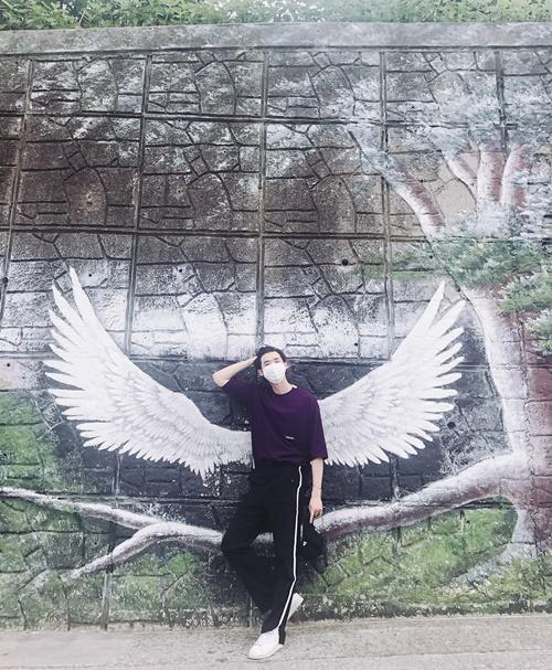 Lee Jong Suk vuốt tóc tạo dáng sành điệu với đôi cánh thiên thần.
