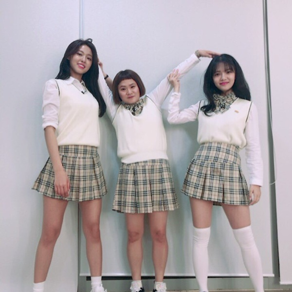 Seol Hyun cao nổi bật khi đứng cùng Ji Min (AOA) và diễn viên hài Kim Shin Young. Bộ ba hóa nữ sinh trẻ trung ghi hình Knowing Bros.