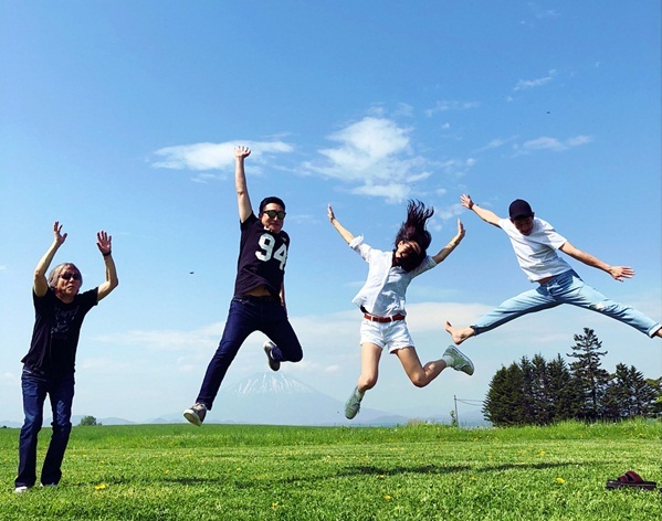 Son Ye Jin chia sẻ khoảnh khắc vui vẻ cùng Jung Hae In và đạo diễn, nhà sản xuất của phim.