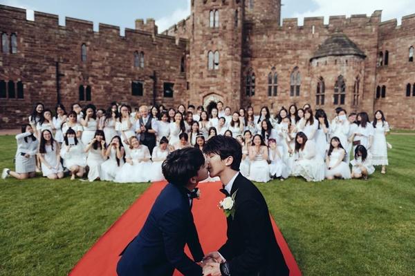 Quintus (phải) và Kenny nhận được nhiều lời chúc phúc từ người hâm mộ và cộng đồng mạng sau khi công khai làm đám cưới vào ngày 31/5. Họ có một hôn lễ lãng mạn ở lâu đài Peckforton, nước Anh sau thời gian dài chuẩn bị.