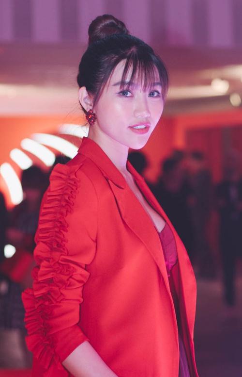 Vốn có kinh nghiệm làm MC, Quỳnh Châu tự tin giao tiếp cùng bạn bè quốc tế. Cô nàng sinh năm 1995 gây ấn tượng bởi sự thân thiện, duyên dáng nhưng cũng không kém phần hài hước và tinh tế.