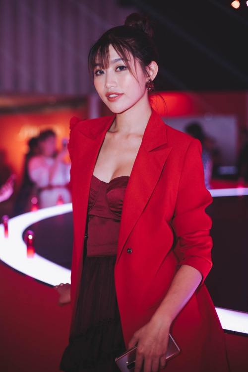 Xuất hiện nổi bật với trang phục đỏ, Quỳnh Châu khéo léo khoe ngực đầy và đường cong hút mắt nhìn. Với vốn ngoại ngữ lưu loát, người đẹpvui vẻ trò chuyện với các khách mời có mặt trong đêm tiệc.