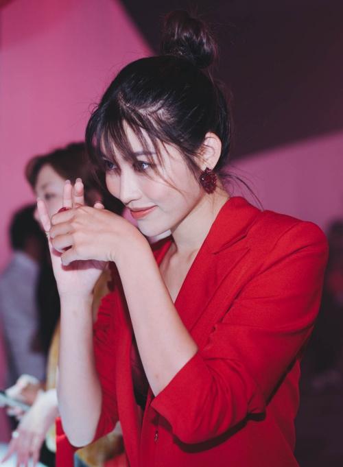 Chế Nguyễn Quỳnh Châu không còn là cái tên xa lạ với khán giả Việt Nam. Cô từng tham gia một số cuộc thi nhan sắc và thu hút sự chú ý bởi gương mặt xinh đẹp, nụ cười rạng rỡ. Cô thừa nhận, khán giả luôn cảm thấy rằng mình bị nhạt, đời tư chẳng có gì sôi nổi so với những nghệ sĩ khác. Tuy nhiên, Quỳnh Châu chấp nhận việc đi từng bước vững chắc, không đánh đổi bình yên của bản thân cho bất cứ scandal tình ái nào.