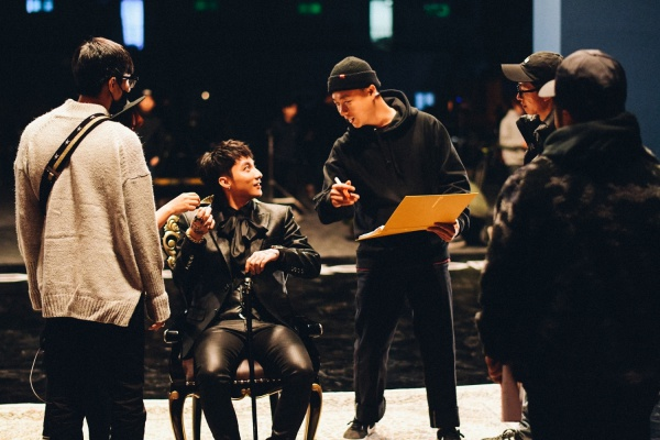 Trong clip hậu trường ở những ngày quay đầu tiên, Sơn Tùng M-TP bày tỏ sự hào hứng khi được làm việc ê-kíp chuyên nghiệp.