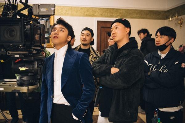 MV Chạy ngay đi của Sơn Tùng do ekip Hàn Quốc phụ trách sản xuất. Trong đó, có thể kể đến những tên tuổi nổi bật như ekip KOINRUSH và đạo diễn hình ảnh EumKo. Họ là những tên tuổi nổi tiếng trong ngành giải trí xứ kim chi, đứng đằng sau nhiều sản phẩm nổi tiếng của nhiều nghệ sĩ như SNSD, Super Junior, SEVENTEEN, GOT7, Suga (BTS), Jay Park, HyunA...