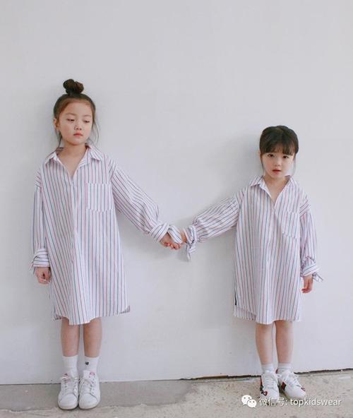 Hai chị em Eun Ha 9 tuổi và Eun Byeol 6 tuổi cũng là hai bé được nhiều người quan tâm bởi độ đáng yêu cũng như cool ngầu như fashionista đích thực. Thu về khoảng 123 nghìn followers trên Instagram, hai chị em liên tục đốn tim người lớn qua những bức ảnh ăn mặc siêu cute và cực hợp mốt.