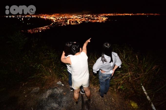 """<p> Ở góc nhìn thành phố từ trên cao, các bạn trẻ quan sát được toàn cảnh """"thành phố bên sông Hàn"""" lung linh bởi những màn pháo hoa hoành tráng.</p>"""