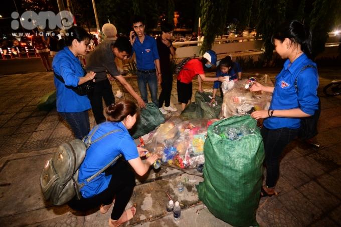 <p> Ngay sau đêm thi của đội Italy và Hong Kong, các bạn trẻ từ một số câu lạc bộ, đội nhóm đã tập trung quét dọn, thu gom rác thải bị bỏ lại ở hai bên bờ sông và cầu sông Hàn.</p>
