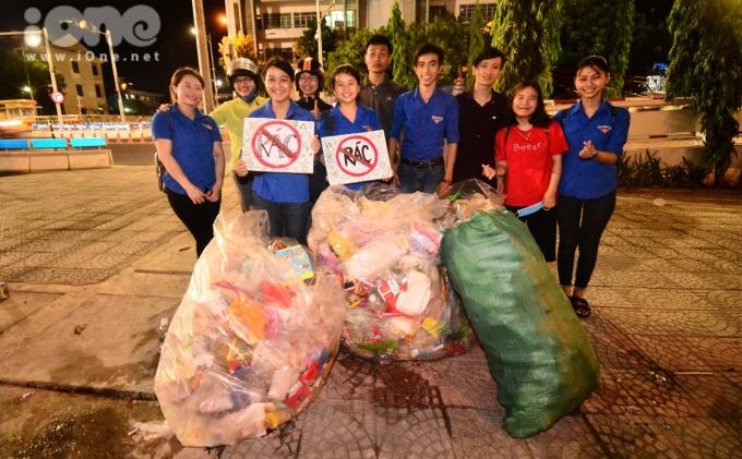 """<p> """"Sau các đêm thi pháo hoa, lượng rác bị xả ra trong thành phố rất nhiều. Các cô chú lao công sẽ rất cực trong việc thu gom rác thải. Khi làm công việc tình nguyện này, tụi mình mong người dân và du khách sẽ có ý thức hơn trong việc xả rác, để rác đúng nơi quy định, giúp cho việc dọn dẹp dễ dàng hơn"""", bạn Ngô Thị Minh Tiên, sinh viên ĐH Kinh tế Đà Nẵng chia sẻ.</p>"""