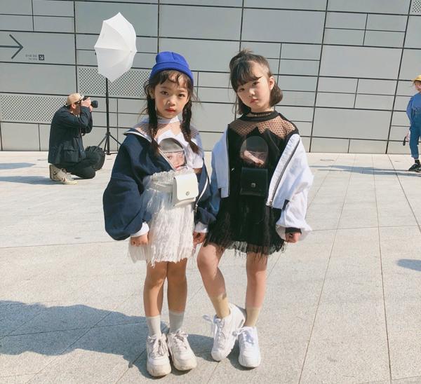Dù tuổi còn rất nhỏ, nhưng hai chị em đã diện cả đồ từ những nhà mốt sang chảnh như Balenciaga, Burberry và Gucci, đồng thời hai cô bé cũng được bắt gặp tại những tuần lễ thời trang ở Hàn và gây khá nhiều sự chú ý.