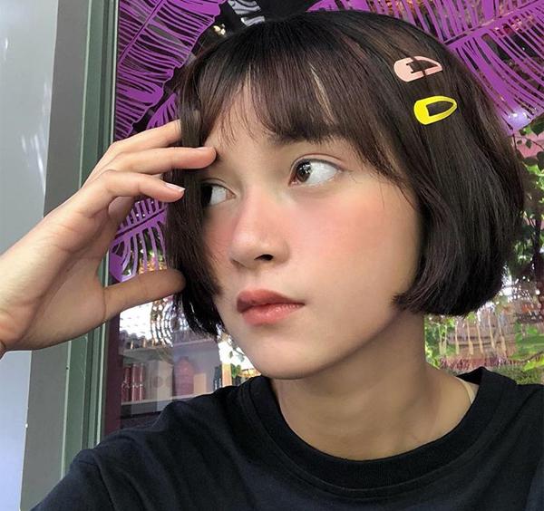 Mai Kỳ Hân giúp mái tóc bum bê càng thêm đáng yêu nhờ dùng một lúc hai chiếc kẹp đều có màu nổi bật.