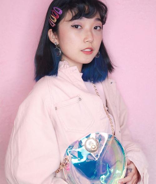 Tưởng như bánh bèo nhưng kẹp nhựa màu lại rất phù hợp với những cô nàng có phong cách cool ngầu, thậm chí là ngổ ngáo.