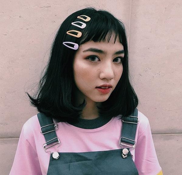 So với các kiểu phụ kiện khác như kính mắt, mũ... kẹp tóc nhựa màu giá mềm mại hơn hẳn mà khả năng mang đến vẻ ngoài sành điệu, trẻ trung thì không hề kém. Đây cũng là lý do ngày càng nhiều cô gái ưa chuộng xu hướng này.