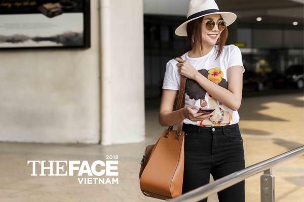 Phong cách menswear quen thuộc vẫn được Thanh Hằng thể hiện rõ nét qua những chi tiết phụ kiện như túi big size, mũ panama và mắt kính tráng gương.
