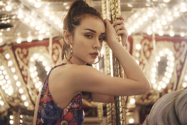Bông hồng lai Pháp vừa tung MV Như là yêu mới lần đầu đánh dấu sự trở lại của MLee. Ca khúc do nhạc sĩ Avi Kim Anh viết, kết hợp với sự hoà âm phối khí của producer Dương K tạo nên giai điệu bắt tai, sôi động.