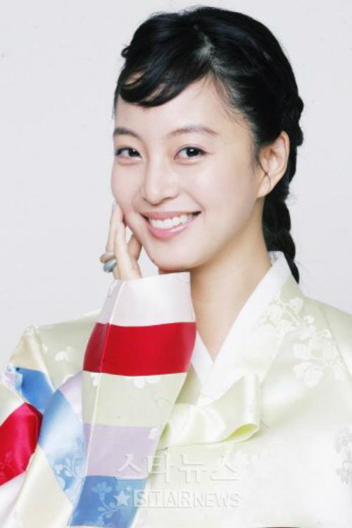 Và tạo hình quê mùa của nữ diễn viên với trang phục truyền thống.