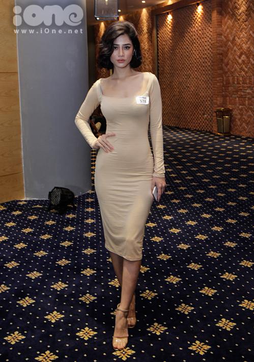 Một thí sinh nữ khéo chọn bộ váy thun ôm sát khoe tối đa đường cong.