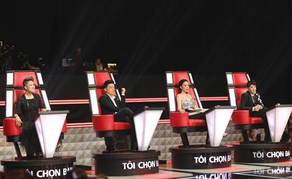 Tóc Tiên điềm tĩnh cạnh các đàn anh, đàn chị trên ghế nóng Giọng hát Việt.