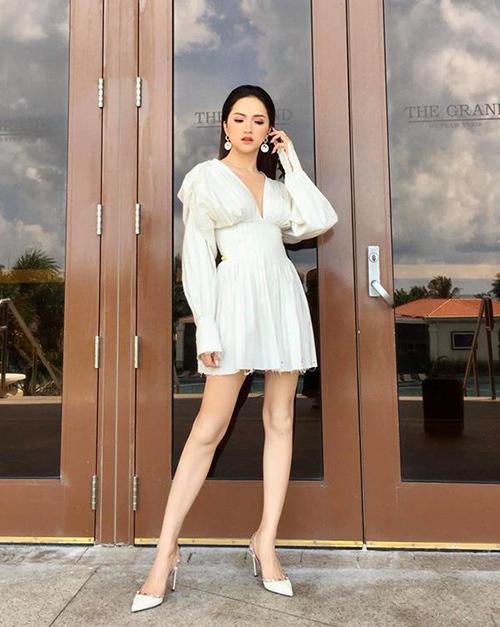 Dáng váy cổ chữ V xếp ly như Hương Giang đang diện được rất nhiều cô gái ưa chuộng năm nay vì mang đến vẻ quyến rũ.