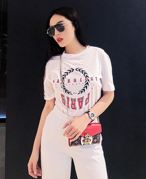 Đồ hiệu là từ khóa gắn liền với phong cách của Kỳ Duyên. Dù mặc cây trắng đơn giản nhưng cô nàng vẫn rất sang chảnh nhờ những món đồ đắt đỏ.