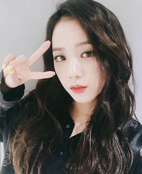 Vẻ đẹp nữ tính, ngây thơ của Ji Soo rất hợp với gu của SM. Công ty đã cố gắng chèo kéo nhưng cô nàng quyết tâm trung thành với YG từ thời còn là thực tập sinh. Ji Soo có nhiều nét giống với Tae Yeon.