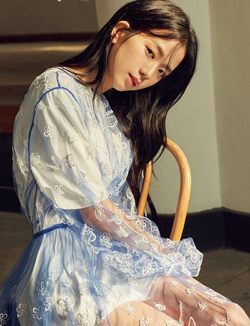 Trong Black Pink, Ji Soo hiện khá lép vế khi bên cạnh một nhan sắc cá tính như Jennie. Có nhiều ý kiến cho rằng nữ thần tượng chọn sai công ty.