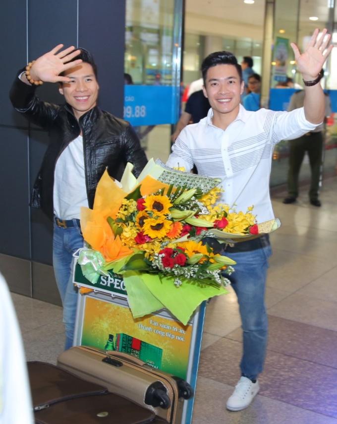 <p> 20h tối ngày 6/6, anh em Quốc Cơ - Quốc Nghiệp về Việt Nam sau chuyến đi dài ngày tham dự cuộc thiBritain's Got Talent tại Anh. Họ đã cống hiến những màn trình diễn khiến nhiều người khắp nơi trên thế giới thán phục. Chuyến bay khởi hành từ chiều hôm qua, họ quá cảnh tại Thái Lan trước khi đáp về sân bay Tân Sơn Nhất, TP HCM. Khi vừa xuất hiện ở cổng sân bay, hai anh em đã tươi cười, vẫy tay chào người hâm mộ.</p>