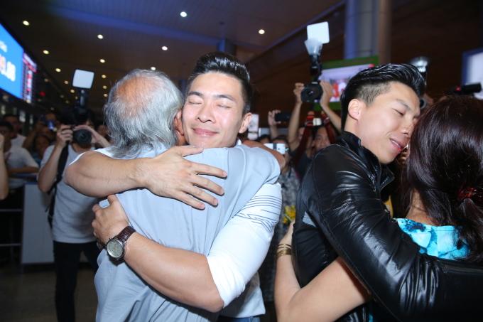 <p> Nhiều người thân của Cơ - Nghiệp có mặt tại sân bay để chờ đón hai anh em. Trong họ đều dâng tràn niềm tự hào.</p>