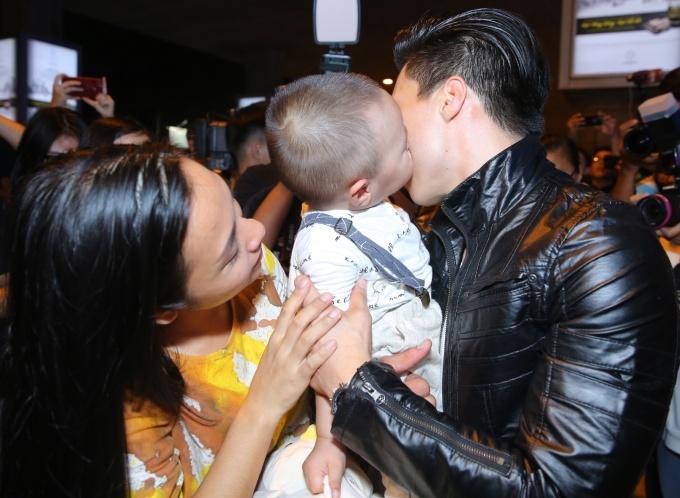 <p> Anh hạnh phúc khi được con trai ôm hôn.</p>